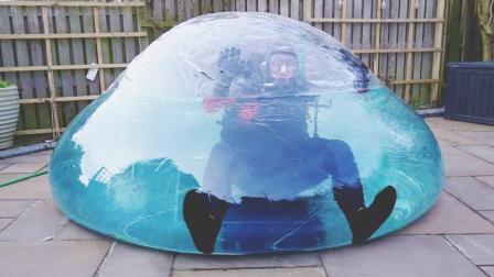 小伙突发奇想在气球里潜水, 隔着屏幕都觉得要窒息! 胆子真肥!