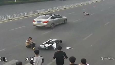 小车非但不礼让斑马线, 还做出更凶残的事, 多人