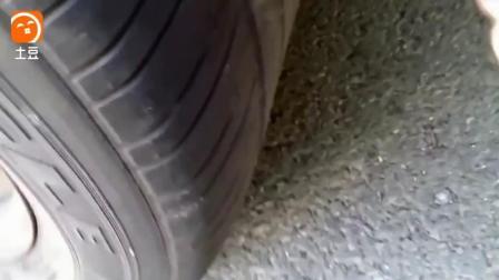 汽车轮胎被扎了怎么办  牛人教你用一根辣条就搞