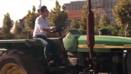 美女开拖拉机, 很是拉风! 这技术杠杠的, 还有谁