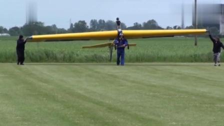 国外牛人大叔背着重型滑翔机试飞, 最后他成功了