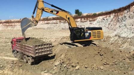 Cat 349E挖掘机装载卡车, 这挖机师傅技术不错