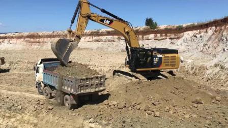 实拍: CAT 349E挖掘机装载卡车, 一辆前四后八需要4挖斗才能装满