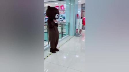 这个妹子想要笨熊给她吃辣条, 笨熊不想给, 结局