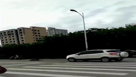 男子手舞足蹈在路口碰瓷, 侠客出现了, 他的举动