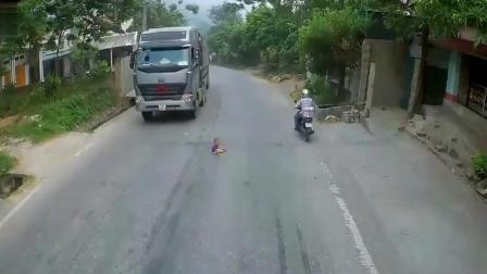 大货车发现路中很不对劲, 他疯狂鸣笛, 总算挽救