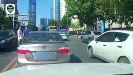 两车忽停路中间, 司机下车车流中握手寒暄