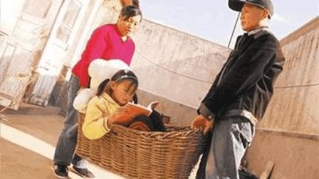 看什么看 小孩不想上幼儿园被爷爷用袋子背去