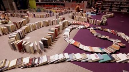 1万本书组成的多米诺骨牌, 推倒第一本的瞬间, 我彻底沦陷了!