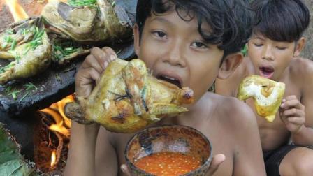 俩个小孩野外生存, 用原始技术烹饪土鸡, 看着他们吃得香喷喷滴