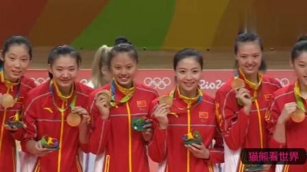 里约奥运会中国女排夺冠大合影, 朱婷顽皮咬金牌, 郎平笑开了花!