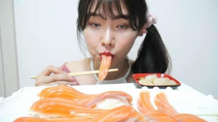 韩国女吃货, 吃大块生鱼片, 鱼子酱寿司, 吃得太香了