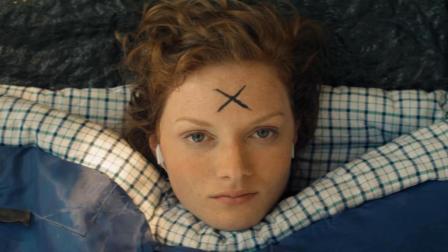 妹子在野外露营, 一觉醒来东西都丢了, 而且头上还被画个X!