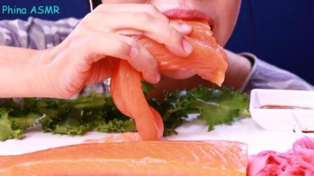 国外女吃货, 吃超大块的三文鱼生鱼片, 这种吃法, 难道不会腻吗?