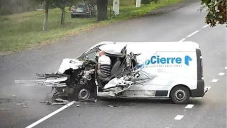 惊险! 乌克兰货车司机疑睡着撞上对向车辆