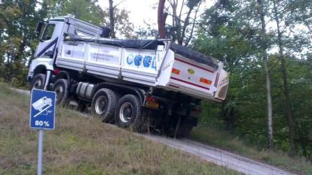 国外牛人驾驶奔驰大卡车上陡坡, 看完你才知道这