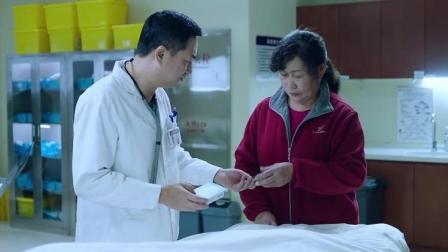 看到病人家属拿出来的药,医生知道是药有问题,留下了药盒