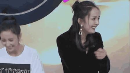 杨幂听到自己唱歌的声音, 突然笑场, 害羞的样子太可爱了!