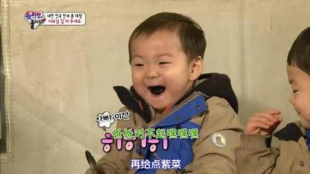 万岁抢了民国的紫菜, 大韩吃的太快不小心咬到手指, 逗得爸爸大笑