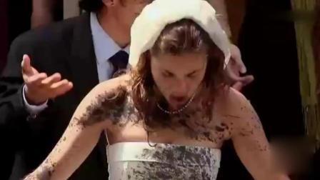 国外街头恶搞: 新人结婚, 摄影师让路人帮忙, 新娘大吃一惊! 场面震撼! 全场惊呆!