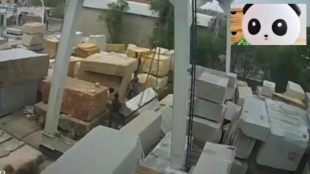 一男子正在爬石堆, 要不是看监控, 都不相信发生