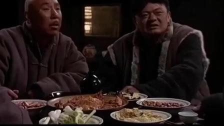 小鬼子终于退走, 大叔连忙好酒好菜打算送小伙走