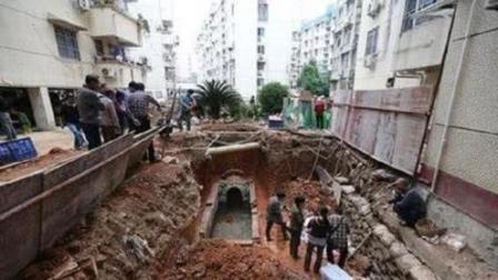 北京闹市挖出古墓, 普通木棺盖被撬开瞬间, 在场