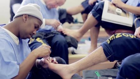 最奇葩监狱, 关着凶狠男犯人, 却每天修脚修指甲