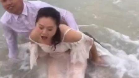 浪漫的情侣拍摄婚纱照, 海浪瞬间让情侣尴尬