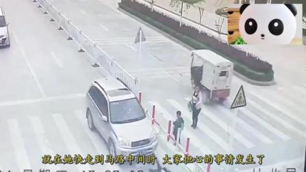 母亲过马路一心玩手机, 结果孩子惨遭车祸, 父亲