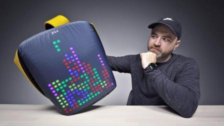 奇葩高科技背包, 自带屏幕, 还能玩俄罗斯方块!