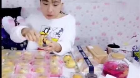 大胃王桐桐挑战吃30个蛋黄酥, 看着都感觉噎得慌