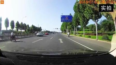 电动车女司机的这个动作, 也太吓人了