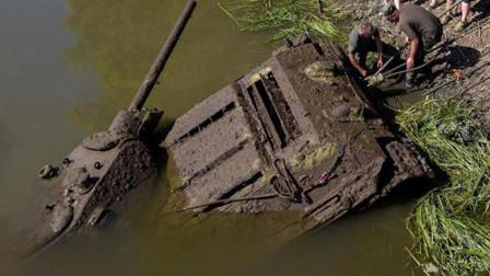 一辆1945年的T34坦克, 沉睡河底70年, 打捞起来你猜变成了什么样