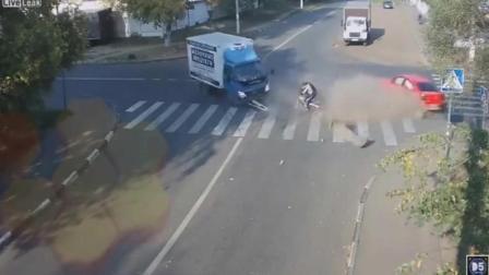 十字路口一男子骑自行车过马路, 下一秒让他差点
