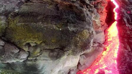 岛上的火山 常年喷发直接流进海里 然后形成壮观