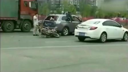 第一次见这么离奇的车祸, 这到底谁的责任!