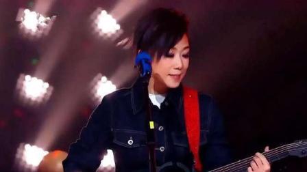 林忆莲吉他弹唱《红色高跟鞋》, 率性演绎点燃全场观众热情!