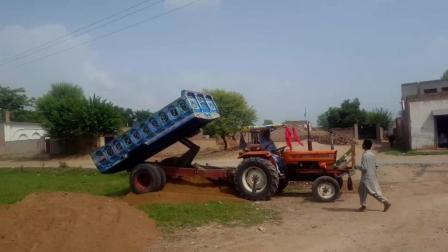 老司机把拖拉机玩的出神入化, 最后结局却悲剧了