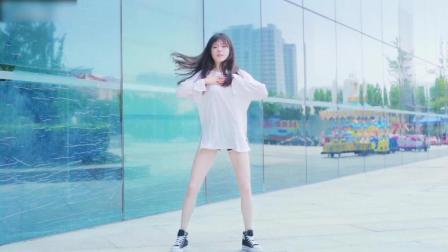 白白嫩嫩的大美女, 扭动小蛮腰跳舞真性感
