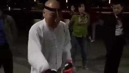 老丈人说要到广场练拳, 我还以为说的是太极, 结
