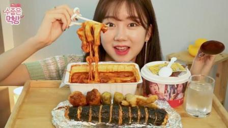 韩国吃货萌妹子, 吃炒年糕+金枪鱼盖饭+泡菜芝士紫菜包饭卷+油炸什锦, 太能吃了