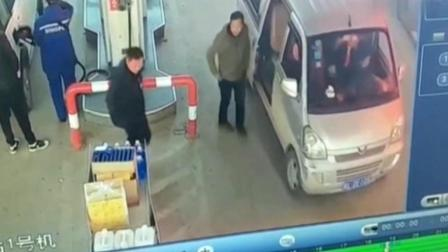 男子进入加油站, 员工在监控中发现他很不对劲