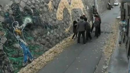 巷子里几名男子围住了美女, 监控拍下这一幕!