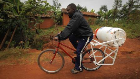 为非洲设计的洗衣机, 10分钟洗干净了, 还不用电!