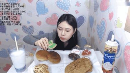 大胃王卡妹晚上吃面包和姜饼, 还得再喝一大杯牛奶压压惊