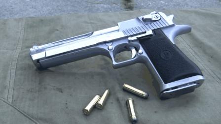 准备射击必须双手紧握, 因为老外要面对的是沙漠之鹰手枪!