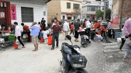 农村里面也能这么热闹, 梅州地区的商贩一大早就在吆喝了, 人真多