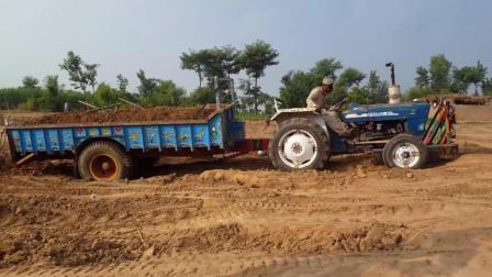 拖拉机被困, 这老司机折腾半天, 最后还是成功脱困了
