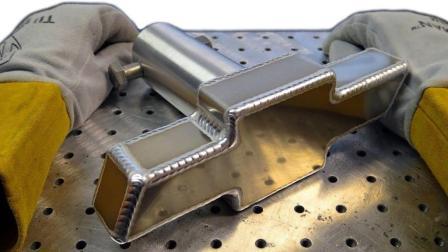焊接雪佛兰车标, 这电焊技术太绝了, 一般人焊不出这么漂亮的纹路